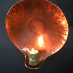 Závěsný svícen z tepané mědi
