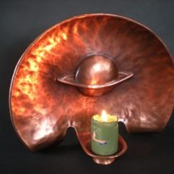 Stojací svícen z tepané mědi